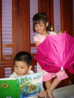 Anh Nguyên đọc Dế mèn phiêu lưu ký cho Yên Lam nghe