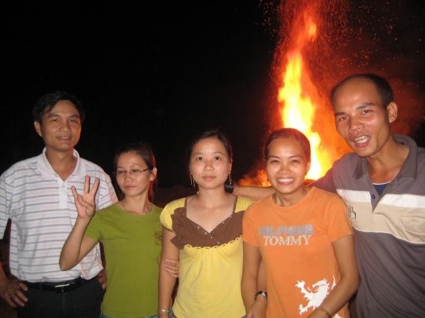 Đốt lửa trại, tất niên cùng các cô giáo trẻ