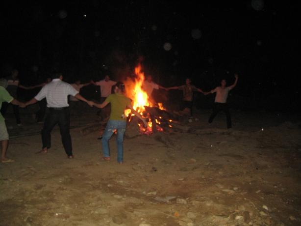 Lửa trại trong đêm rừng, thật là vui!