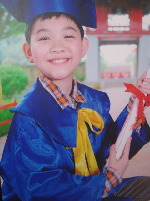 Con trai tốt nghiệp tiểu học